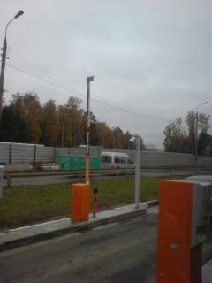 Шлагбаумы на въезде в Шереметьево-2: реклама Fiskars - известного производителя ножей и прочего режущего.