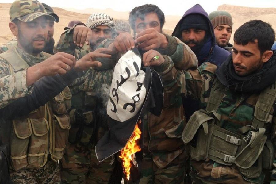 2016.11.22 – Almasdar – Солдаты Сирийской армии сжигают флаг ИГИЛ на востоке провинции Хомс.jpg