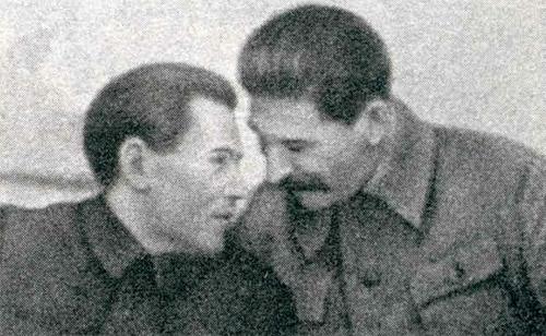 Нарком Ежов и Сталин, пропагандистский плакат того периода