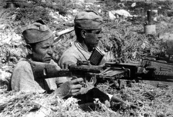 soviet soldiers with italian MG Breda mod.30