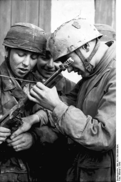 Bundesarchiv-Bild-101I-788-0009-08A-Tunesien-Fallschirmjäger-bei-Untersuchung-von-MP-399x600