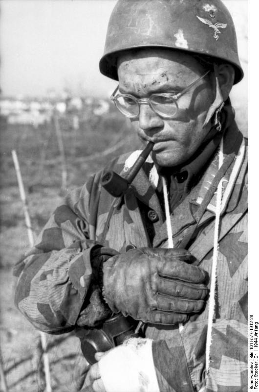 Bundesarchiv_Bild_101I-577-1912-26%2C_Monte_Cassino%2C_Fallschirmjäger_mit_Pfeife
