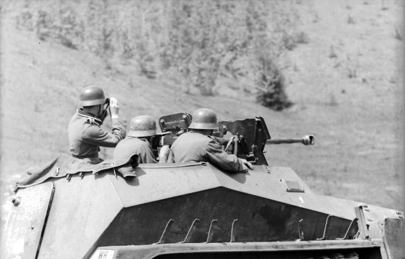 Bundesarchiv_Bild_101I-732-0111-15A,_Russland,_Schützenpanzer_»Div._Großdeutschland«