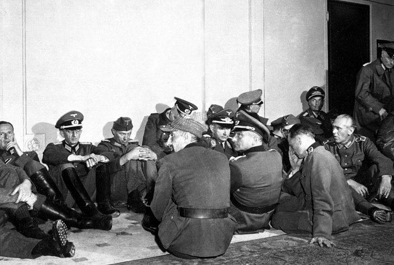 800px-German_officer_POWs_in_Paris_HD-SN-99-02952