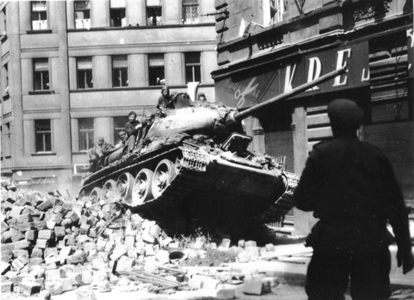 Танк Т-34 преодолевает завалы на улице чешского города