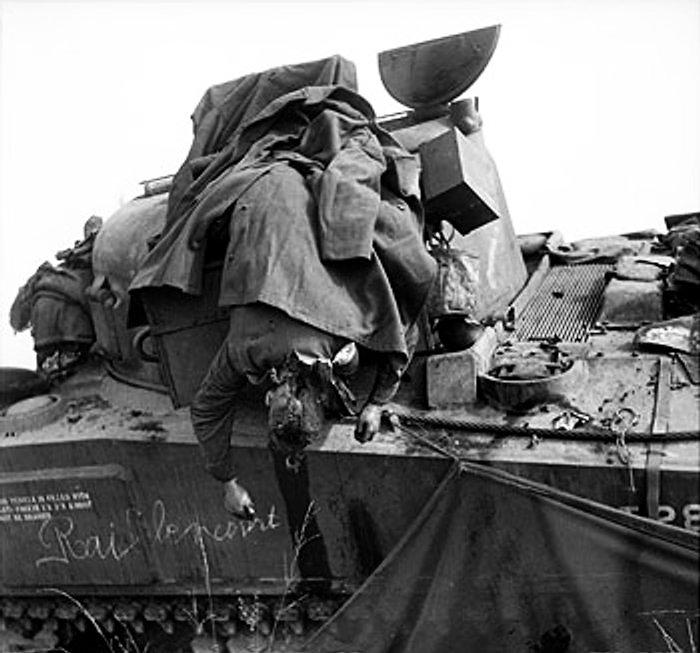 Dead_soldier_on_tank
