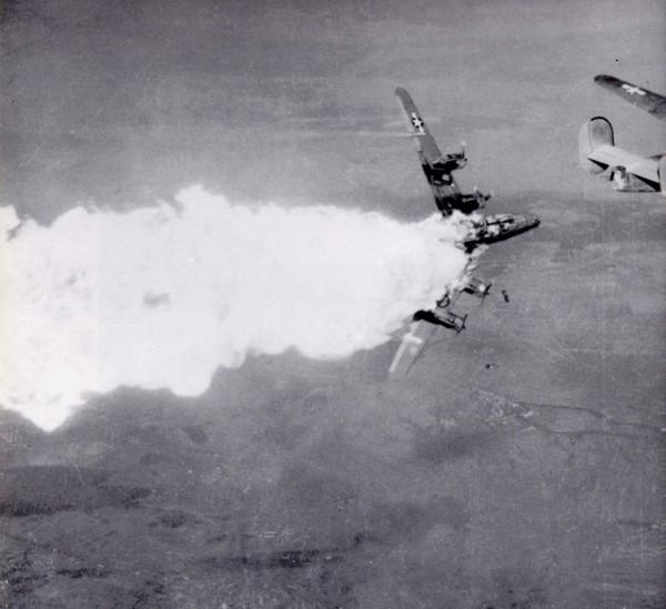 Сбитый попаданием в топливный бак американский бомбардировщик В-24