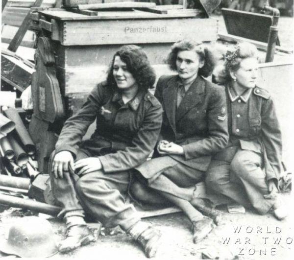 Три Blitzmädel в момент захвата американскими войсками в 1945 году