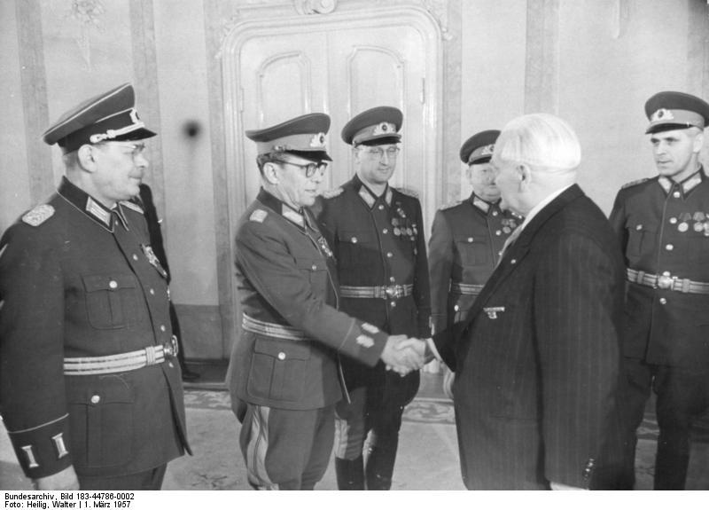 Bundesarchiv_Bild_183-44786-0002,_Empfang_von_NVA-Offizieren_durch_Wilhelm_Pieck