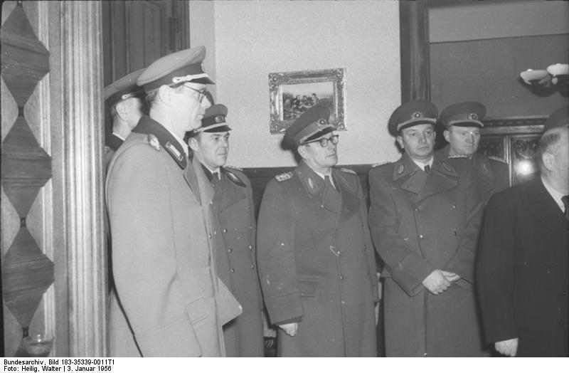 Bundesarchiv_Bild_183-35339-0011T1,_80.Geburtstag_von_Präsident_Wilhelm_Pieck