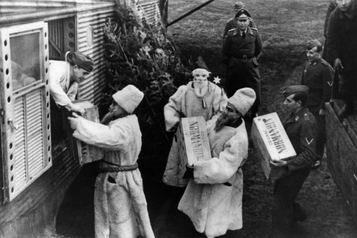 Немецкие солдаты в рождественских костюмах грузят ящики с коньяком «Normandin»