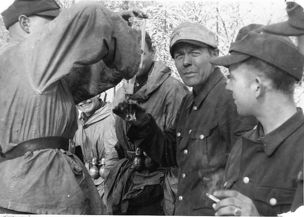 Норвежские добровольцы войск СС распивают алкоголь