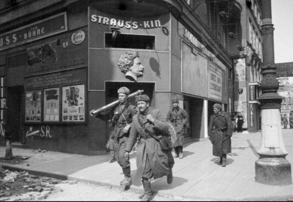 45-g-sovetskie_soldati_na_ulicah_veni._apreli_1945_g.