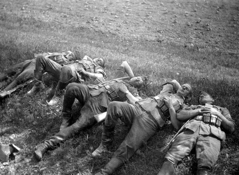 German_soldiers_sleeping_in_fileds