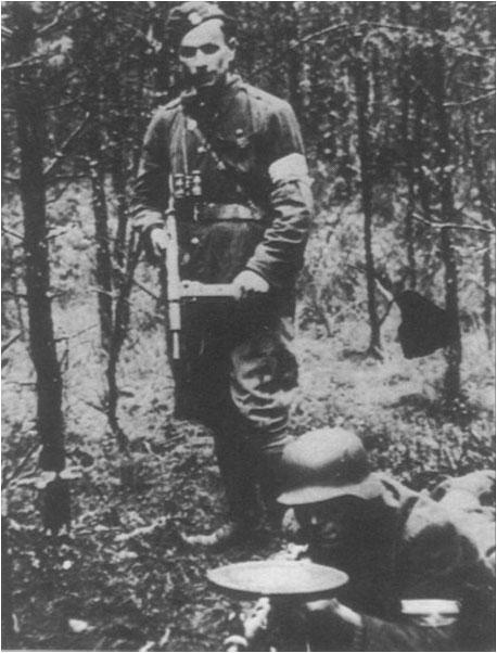 Ofitser_i_pulemetchik_Natsionalnykh_vooruzhennykh_sil_1943