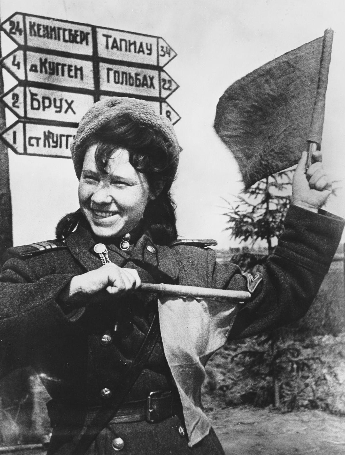Восточная Пруссия, 1945 - Регулировщица сержант Аня Караваева на пути к Кенигсбергу