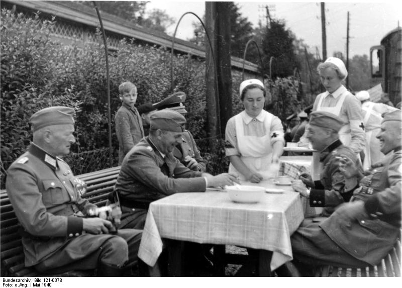 Bundesarchiv_Bild_121-0378,_Verdun,_Verpflegung,_Bahnhof