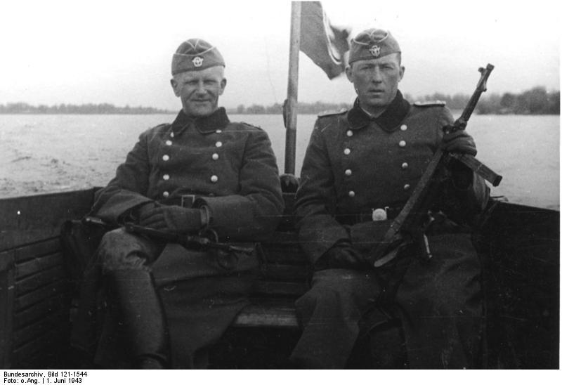 Bundesarchiv_Bild_121-1544,_Ordnungspolizisten_im_Boot_auf_dem_Dnjepr