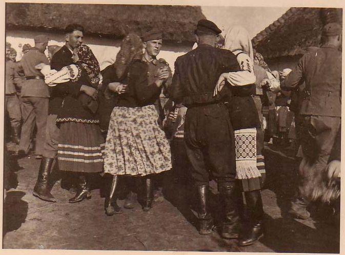 Укаринки танцуют с немцами1-1