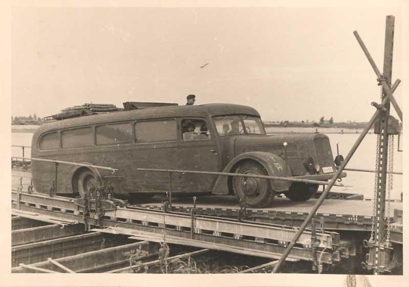 автобус перезжает мост