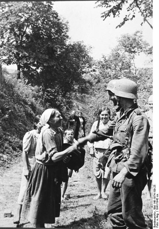 Bundesarchiv_Bild_146-1974-109-25,_Russland,_Zivilisten_und_deutscher_Soldat