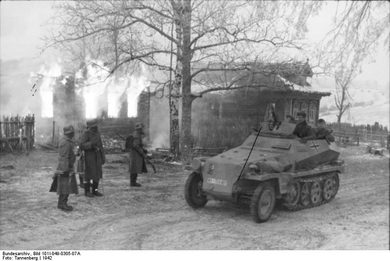Bundesarchiv_Bild_101I-049-0305-07A,_Russland,_Schützenpanzer_vor_brennendem_Gebäude