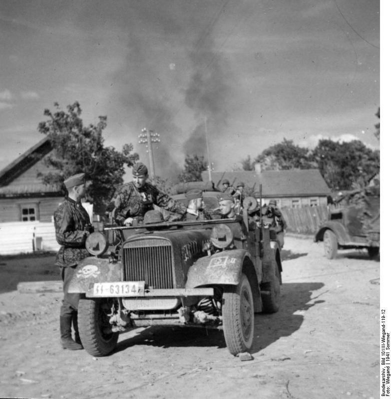 Bundesarchiv_Bild_101III-Wiegand-119-12,_Russland,_Männer_der_SS-Totenkopf-Division_mit_Pkw