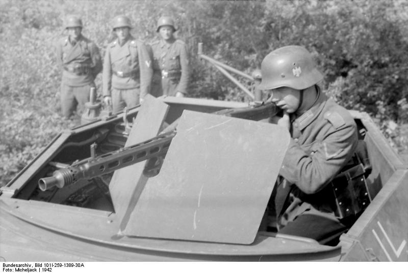 Bundesarchiv_Bild_101I-259-1389-30A,_Südfrankreich,_Soldat_an_MG_42_in_Schützenpanzer