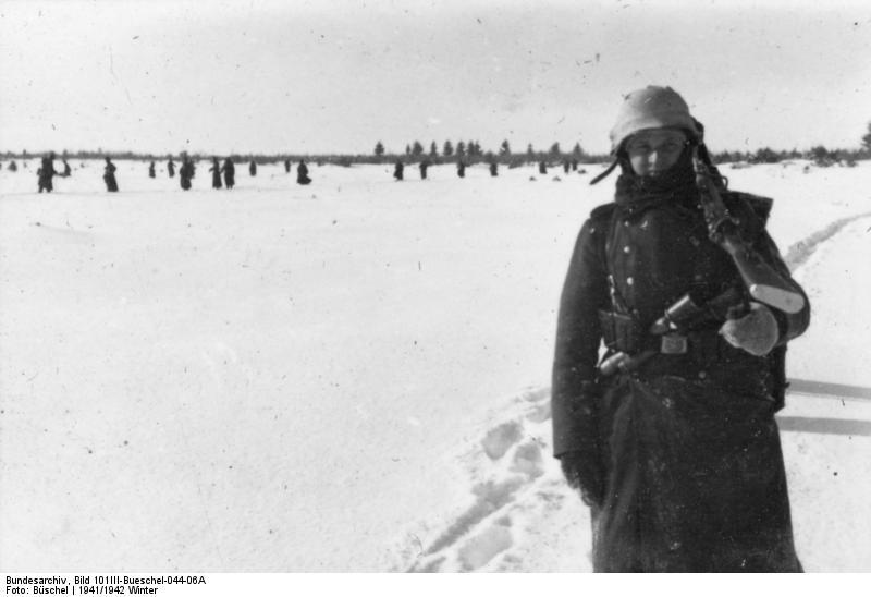 Bundesarchiv_Bild_101III-Bueschel-044-06A,_Russland,_SS-Mann_im_Infanterieeinsatz