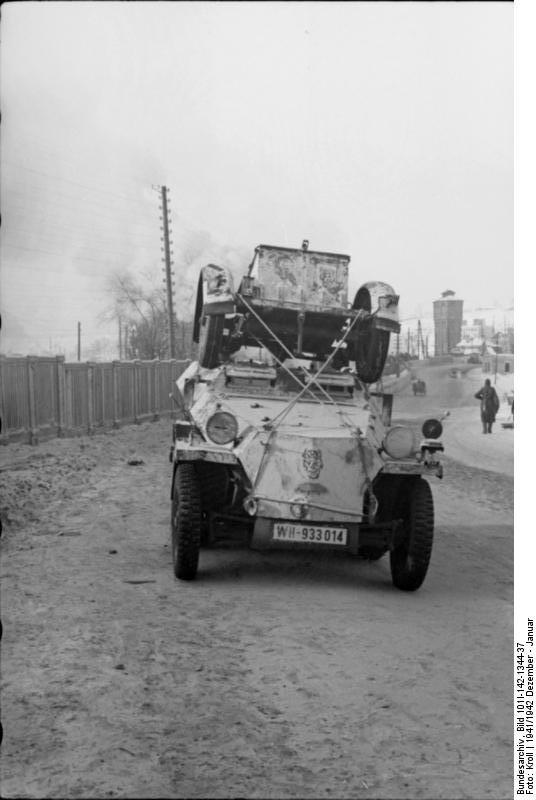 Bundesarchiv_Bild_101I-142-1344-37,_Russland,_Schützenpanzer_mit_Anhänger