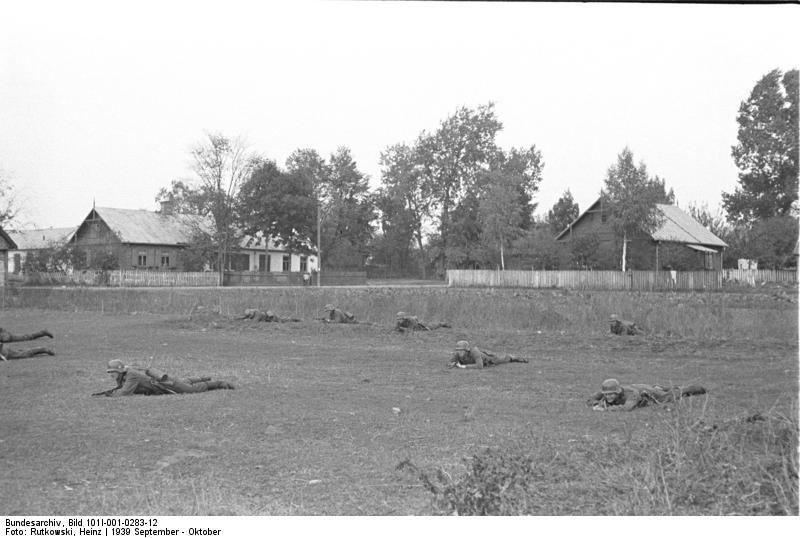 Bundesarchiv_Bild_101I-001-0283-12,_Wehrmachtsoldaten_bei_Ausbildung
