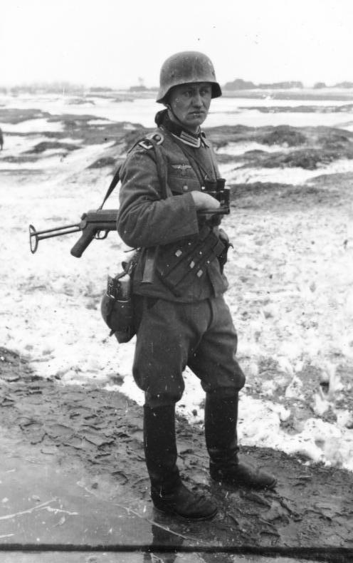 Bundesarchiv_Bild_101I-133-0703-05,_Polen,_Trupp_deutscher_Infanterie_im_Winter