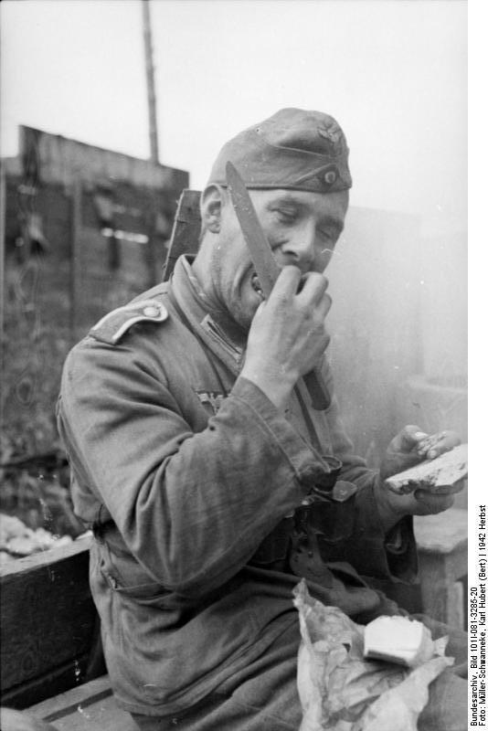 Bundesarchiv_Bild_101I-081-3285-20,_Russland,_Soldat,_essend