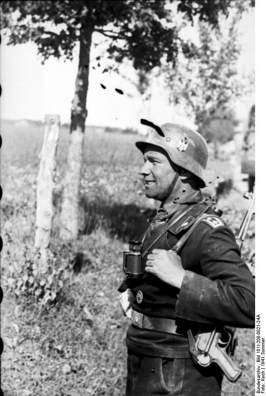 Bundesarchiv_Bild_101I-208-0021-24A,_Russland-Nord,_Oberfeldwebel_der_Panzertruppen