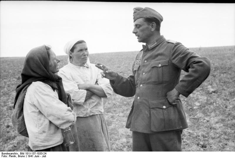 Bundesarchiv_Bild_101I-137-1033-24,_Russland,_deutscher_Soldat_mit_russischen_Frauen