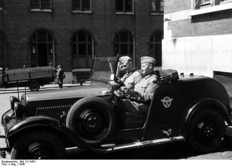 Bundesarchiv_Bild_121-0451,_Belgien,_motorisierte_Polizeistreife
