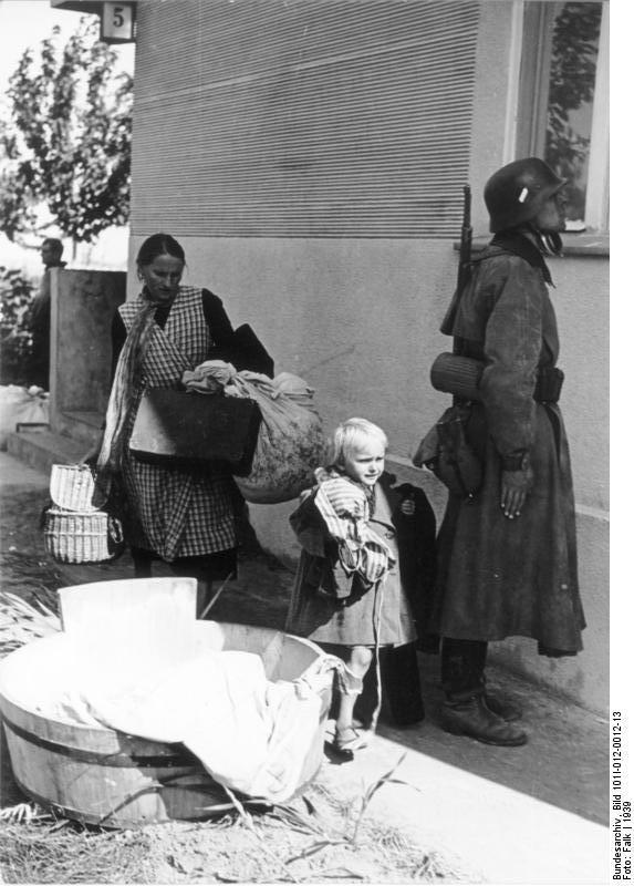 Bundesarchiv_Bild_101I-012-0012-13,_Polen,_Soldat_und_Zivilisten