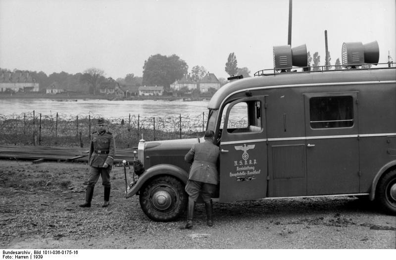 Bundesarchiv_Bild_101I-036-0175-16,_Oberrheinfront,_Lautsprecherwagen