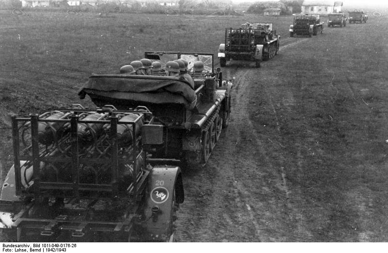 Bundesarchiv_Bild_101I-049-0176-26,_Russland,_Zugkraftwagen_mit_Nebelwerfern