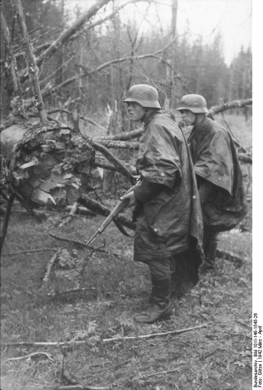 Bundesarchiv_Bild_101I-146-1545-26,_Russland,_Infanteristen_mit_Regenumhang