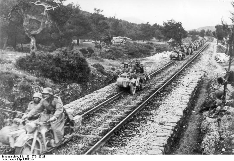 Bundesarchiv_Bild_146-1979-123-28,_Griechenland,_Kräder_fahren_auf_Schienen