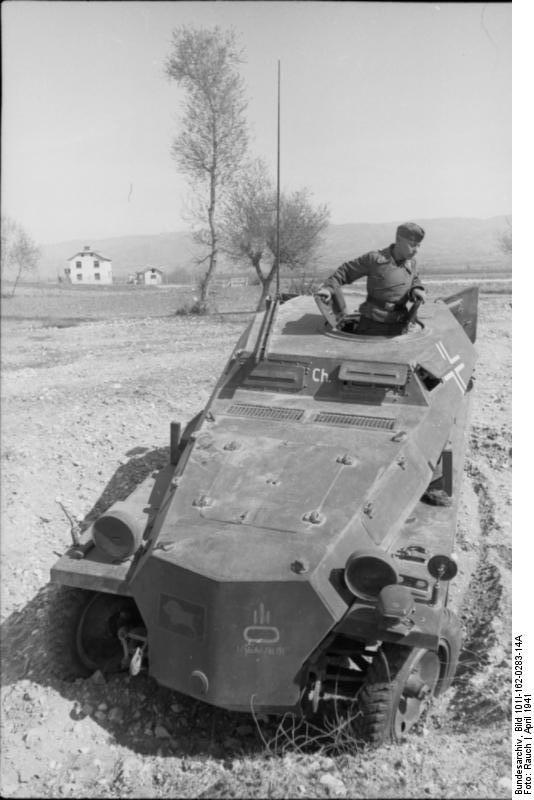 Bundesarchiv_Bild_101I-162-0283-14A,_Bulgarien,_Schützenpanzer_im_Gelände