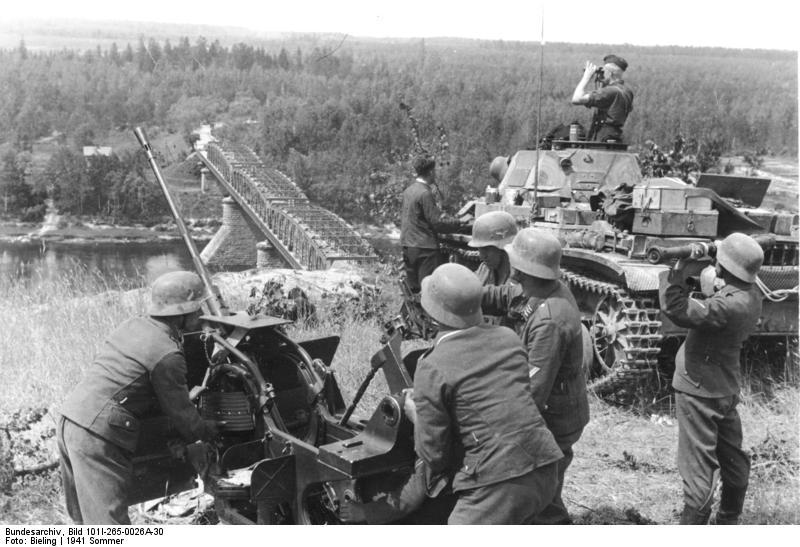 Bundesarchiv_Bild_101I-265-0026A-30,_Russland,_leichte_Flak_und_Panzer