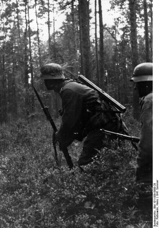 Bundesarchiv_Bild_101I-009-0900-29,_Russland,_Infanteristen_im_Wald