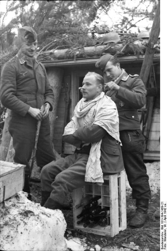 Bundesarchiv_Bild_101I-394-1459-21,_Russland,_Soldaten_beim_Haareschneiden