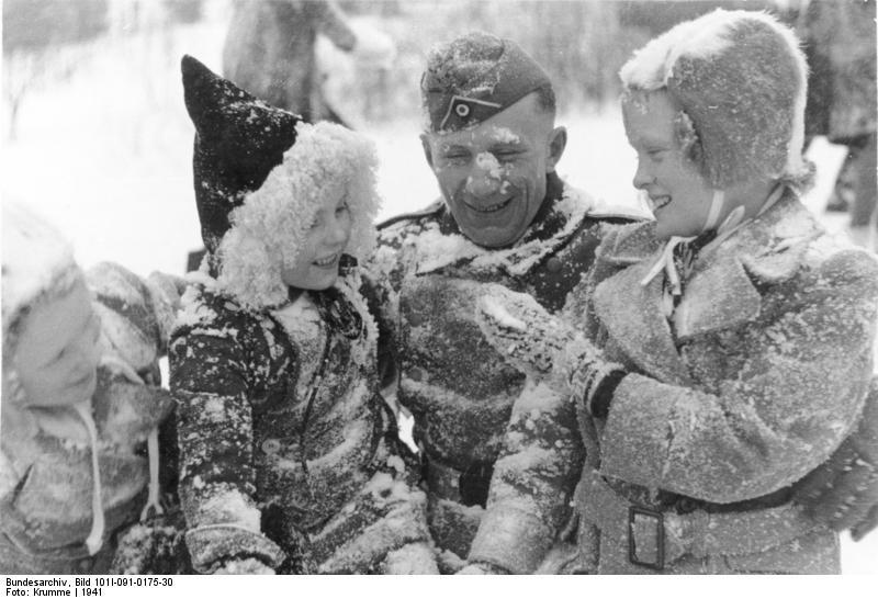 Bundesarchiv_Bild_101I-091-0175-30,_Norwegen,_Soldat_mit_Kindern