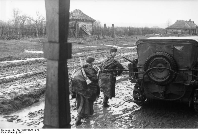 Bundesarchiv_Bild_101I-269-0219-24,_Russland,_Soldaten_auf_nasser_Strasse