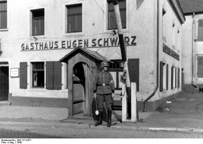 Bundesarchiv_Bild_121-0471,_Elsaß-Lothringen,_Straßenposten