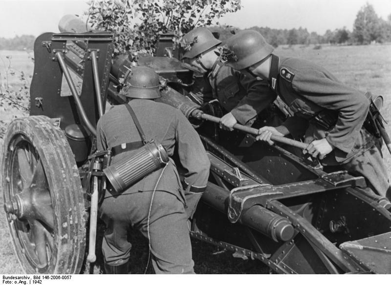 Bundesarchiv_Bild_146-2006-0057,_Artilleristen_der_Division_-Großdeutschland-