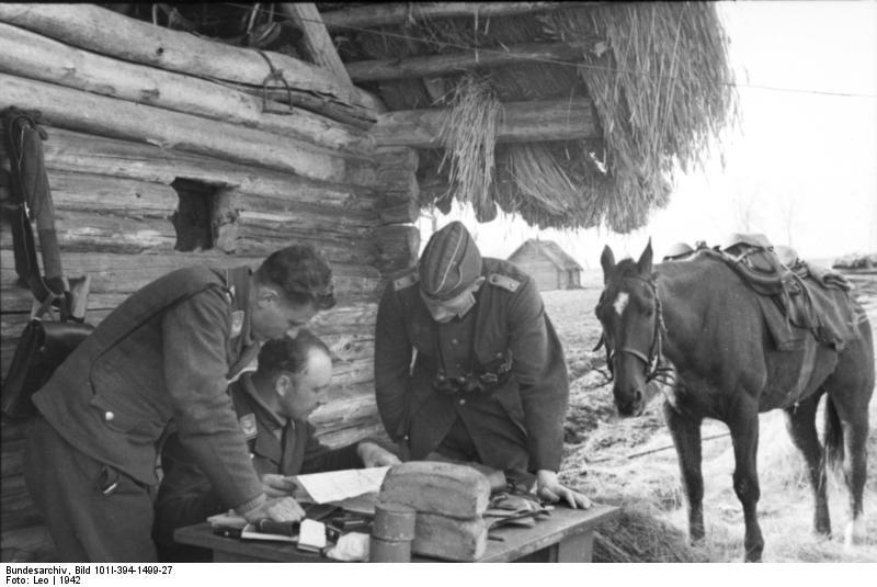 Bundesarchiv_Bild_101I-394-1499-27,_Russland,_Soldaten_bei_Besprechung